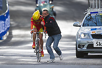 GEELONG, 29 SEPTEMBER - LOPEZ MORALES Belen (ESP) is pushed off by her support crew after swapping her bicycle on the Queens Park Rd bridge on the Women's time trial event at the 2010 UCI Road World Championships in Geelong, Victoria, Australia. (Photo Sydney Low / syd-low.com)