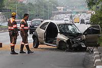 FOTO EMBARGADA PARA VEICULOS INTERNACIONAIS. SAO PAULO, SP, 25-11-2012, ACID. 23 DE MAIO. Tres pessoas ficaram feridas apos o veiculo em que estavam perder o controle e bater contra uma arvora na Av. 23 de Maio proximo a Viaduto Tutoia. As vitimas foram socorridas pelos bombeiros e encaminhadas a hospitais da regiao. Luiz Guarnieri/ Brazil Photo Press.