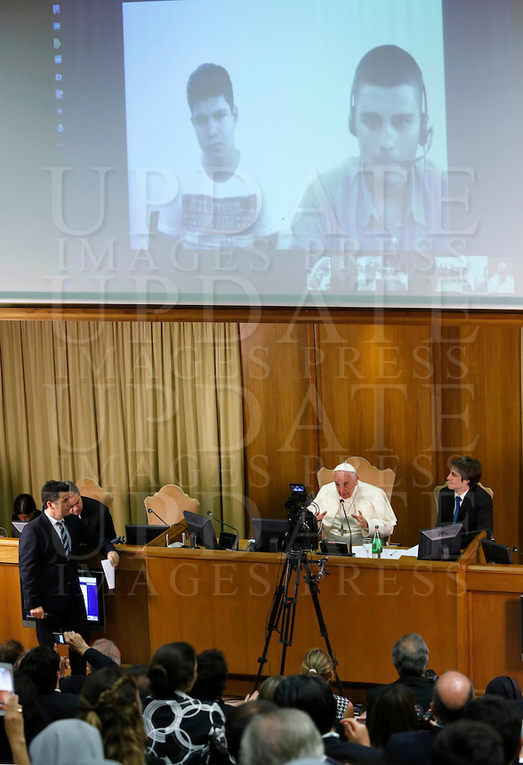 """Papa Francesco parla in interconnessione agli studenti di diversi paese durante l'udienza i partecipanti all'Incontro Mondiale dei Dirigenti di Scholas Occurentes, nell'Aula del Sinodo, Citta' del Vaticano, 4 settembre 2014.<br /> Pope Francis talks with students from different countries connected via Internet during his meeting with participants in the """"Scholas Occurentes"""" executives world meeting, at the Vatican, 4 September 2014.<br /> UPDATE IMAGES PRESS/Riccardo De Luca<br /> <br /> STRICTLY ONLY FOR EDITORIAL USE"""