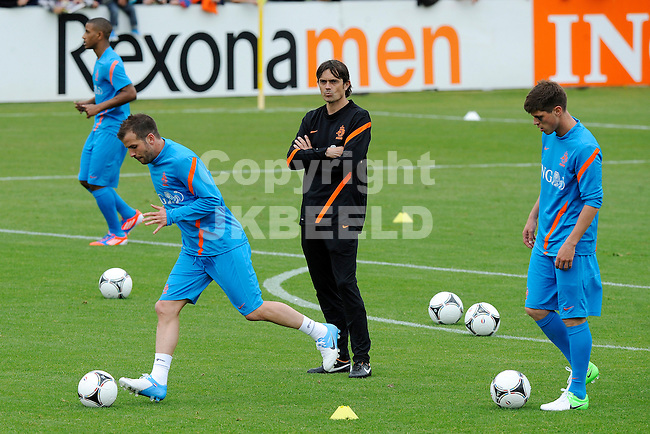 LAUSANNE - Trainingskamp Nederlands Elftal in Zwitserland in het Stade Juan-Antonio Samaranch, voorbereiding EK 2012, 18-05-2012, Philip Cocu kijkt toe met links Rafael van der Vaart en rechts Klaas Jan Huntelaar.