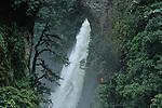 """Amérique du Sud. Equateur. Trekking sur les volcans d'Equateur. traversée du rio Verde qui se jette dans l'Amazone.  Chute du rio Verde """"pailon del diablo"""".South America. Ecuador. Trekking on the volcanoes"""