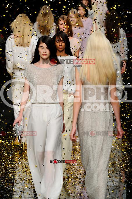 MILAN, ITALY - SEPTEMBER 20: A model walks the runway at the Anteprima Spring/Summer 2013 fashion show during Milan Fashion Week on September 20, 2012 in Milan, Italy &copy; Flavio Lo Scalzo/AGF/MediaPunch Inc. ***NO ITALY*** /NORTEPHOTO.<br /> <br /> *SOLO*VENTA*EN*MEXICO*