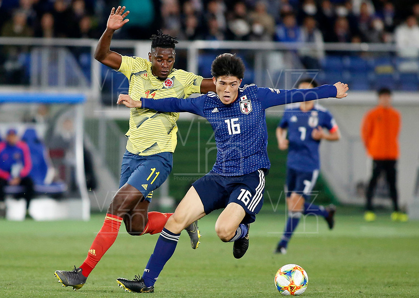 YOKOHAMA - JAPON, 22-03-2019: Takehiro Tomiyasu de Japón disputa el balón con Duvan Zapata de Colombia durante partido amistoso de la fecha FIFA marzo 2019 entre las selecciones de Japón y Colombia jugado en el estadio Nissan de la ciudad de Yokohama. / Takehiro Tomiyasu of Japan vies for the ball with Duvan Zapata of Colombia during friendly match for the FIFA date March 2019 between national teams of Japan and Colombia played at Nissan stadium in Yokohama city. Photo: VizzorImage / VizzorImage / Julian Medina / Cont