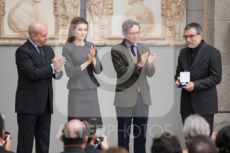 Queen Letizia of Spain gives the 2013 Velazquez Visual Arts Award to the winner Jaume Plensa during the ceremony at Prado Museum in Madrid, Spain. November 17, 2014. (ALTERPHOTOS/Victor Blanco)