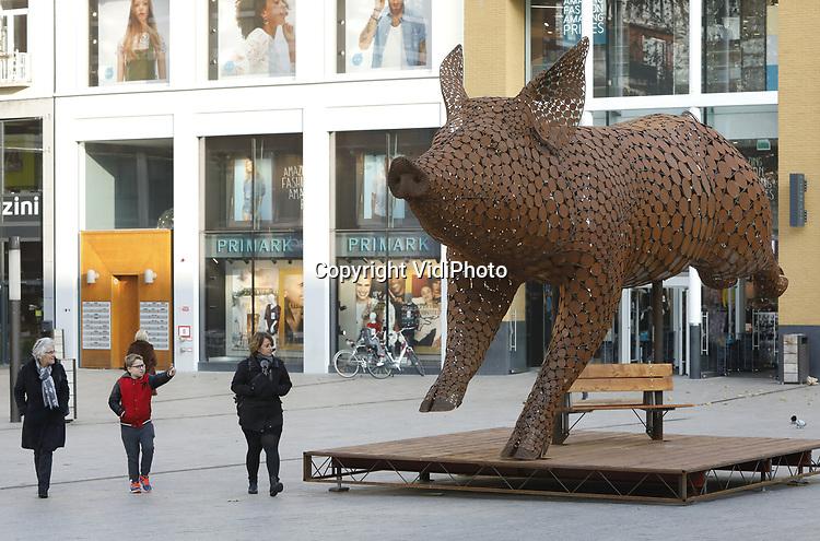 Foto: VidiPhoto<br /> <br /> NIJMEGEN &ndash; Een 7 meter lang en 4 meter hoog &lsquo;dartelend&rsquo; metalen varken trekt woensdag de aandacht van het winkelende publiek op Plein 1944 in Nijmegen. Het is het symbool van een van de grootste dierenwelzijnscampagnes ooit. Het gaat om een Europees burgerinitiatief tegen het gebruik van kooien in de veehouderij en het verbeeldt een varken dat naar de vrijheid springt. Meer dan 140 organisaties uit heel Europa ondersteunen de campagne. In een jaar tijd willen de organisaties een miljoen handtekeningen verzamelen in Europa om zo de Europese Commissie te dwingen met een reactie te komen. Het beeld staat tot begin december in Nijmegen.