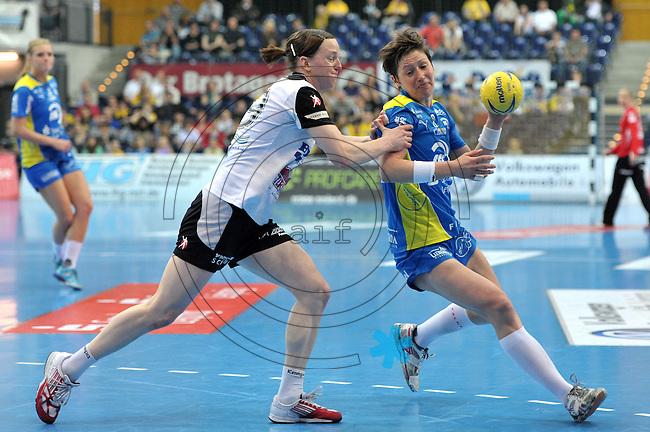 Handball Bundesliga Frauen - Playoff Finale um die deutsche Meisterschaft. Zum Hinspiel empfängt der Handballclub Leipzig (HCL) den Thüringer HC (THC). .IM BILD: Anne Müller / Mueller (r., HCL) gegen Katrin Engel (THC) .Foto: Christian Nitsche