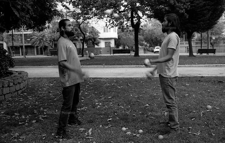 Santiago (Chile) 2018<br /> <br /> Jumeaux en train de jongler dans le parque forestal.<br /> <br /> Twins juggling in the forest park.