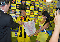 FLORIDABLANCA -COLOMBIA, 24-07-2013.  Martin Arzuaga (Der) jugador de Alianza Petrolera muestra un paño con una mensaje de propuesta matrimonial después del encuentro con Boyacá Chicó FC durante encuentro  por la fecha 2 de la Liga Aguila II 2015 disputado en el estadio Daniel Villa Zapata de la ciudad de Barrancabermeja./ Martin Arzuaga (R) player of Alianza Petrolera shows a handkerchief with a message of marriage proposal after the match with Boyaca Chico FC for the second date of the Aguila League II 2015 played at Daniel Villa Zapata stadium in Floridablanca city Photo:VizzorImage / Jose Martinez / Cont