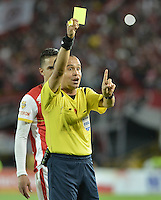 BOGOTÁ -COLOMBIA, 06-09-2015. Luis Sanchez, árbitro, muestra la tarjeta amarilla a Sergio Otalvaro (fuera de cuadro) durante el encuentro entre Independiente Santa Fe y Millonarios por la fecha 10 de la Liga Aguila II 2015 jugado en el estadio Nemesio Camacho El Campín de la ciudad de Bogotá./ Luis Sanchez, referee, swows the yellow card to Sergio Otalvaro (out the frame) during the match between Independiente Santa Fe and Millonarios for the 10th date of the Aguila League II 2015 played at Nemesio Camacho El Campin stadium in Bogotá city. Photo: VizzorImage/ Gabriel Aponte / Staff