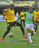 BARRANCABERMEJA- COLOMBIA - 23 - 07 -2016: Carlos Ramirez (Izq.) jugador de Alianza Petrolera, disputa el balón con Victor Zapata (Der.) jugador de Atletico Bucaramanga, durante partido Alianza Petrolera y Atletico Bucaramanga, por la fecha 5 por la Liga Aguila II 2016 en el estadio Daniel Villa Zapata en la ciudad de Barrancabermeja. / Carlos Ramirez (L) player of Alianza Petrolera, figths the ball with Victor Zapata (R) player of Atletico Bucaramanga, during a match between Alianza Petrolera and Atletico Bucaramanga, for date 5 of the Liga Aguila II 2016 at the Daniel Villa Zapata stadium in Barrancabermeja city. Photo: VizzorImage  / Jose D Martinez / Cont.