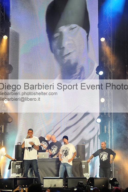 (KIKA) - TORINO, 29/06/2012 - Il rapper J-Ax si esibisce sul palco degli MTV Days in piazza Castello a Torino, il 29 giugno 2012.
