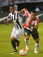 BARRANQUILLA - COLOMBIA - 28-09-2016: James Sanchez (Der.) jugador de Atletico Junior de Colombia de disputa el balon con Santiago Martinez (Izq.) jugador de Montevideo Wanderers Fútbol Clubde Uruguay, durante partido de vuelta entre Atletico Junior de Colombia y Montevideo Wanderers Fútbol Clubof Uruguay, por los octavos de final llave F de la Copa Suramericana en el estadio Metropolitano Roberto Melendez de la ciudad de Baranquilla.  / James Sanchez (R) player of Atletico Junior of Colombia vies for the ball with Santiago Martinez (L) player of Montevideo Wanderers Fútbol Club of Uruguay, during a match between Atletico Junior of Colombia and Montevideo Wanderers Fútbol Club of Uruguay, for the second leg of the knockout key F of the South American Cup at the Metropolitano Roberto Melendez stadium in the city of Barranquilla. Photo: VizzorImage / Alfonso Cervantes / Cont.