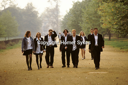 'OXFORD UNIVERSITY' 1995, STUDENTS IN THE BROAD WALK BY CHRIST CHURCH COLLEGE MEADOW, 1995