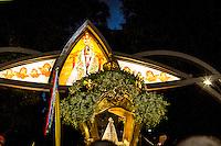 BELÉM, PA, 11.10.2014 - TRASLADAÇÃO / CÍRIO 2014 / BELÉM  - A imagem de Nossa Senhora de Nazaré durante a trasladação na noite deste sábado (11), em Belém. O  traslado da Imagem é realizada na noite do sábado que antecede o Círio de Nazaré. tem o  seu percurso do Colégio Gentil Bittencourt até Igreja da Sé,onde os fiéis se dirigem em procissão. A trasladação faz o sentido inverso ao do Círio. (Foto: Paulo Lisboa / Brazil Photo Press)