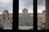 Parigi, museo del Louvre FRANCIA  Jeoh Ming Pei, 1989, piramide di vetro vista dall'interrno del Museo