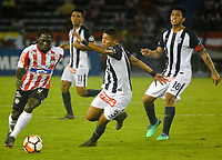 BARRANQUILLA - COLOMBIA, 26-04-2018: Yimmy Chará (Izq.) jugador de Atlético Junior disputa el balón con Luis Fernando Garro (Der.) jugador de Alianza Lima, durante partido entre Atlético Junior (Col) y Alianza Lima (PER), de la fase de grupos, grupo H, fecha 4, por la Copa Conmebol Libertadores 2018, jugado en el estadio Metropolitano Roberto Meléndez de la ciudad de Barranquilla. / Yimmy Chara (L) player of Atletico Junior vies for the ball with Luis Fernando Garro (R) player of Alianza Lima, during a match between Atletico Junior (Col) and Alianza Lima (PER), of the group stage, group H, 4th date for the Copa Conmebol Libertadores 2018 at the Metropolitano Roberto Melendez Stadium in Barranquilla city. Photo: VizzorImage  / Alfonso Cervantes / Cont.