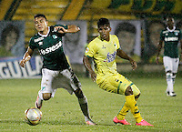 FLORIDABLANCA - COLOMBIA - 28 - 04 - 2016: Faber Cañaveral (Der.) jugador de Atletico Bucaramanga disputa el balón con Andres Roa (Izq.) jugador de Deportivo Cali, durante partido entre Atletico Bucaramanga y Deportivo Cali, por la fecha 15 de la Liga Aguila I-2016, jugado en el estadio Alvaro Gomez Hurtado de la ciudad de Floridablanca. / Faber Cañaveral (R) player of Atletico Bucaramanga vies for the ball with Andres Roa (L) player of Deportivo Cali, during a match between Atletico Bucaramanga and Deportivo Cali, for the date 15 of the Liga Aguila I-2016 at the Alvaro Gomez Hurtado Stadium in Floridablanca city Photo: VizzorImage  / Duncan Bustamante / Cont.
