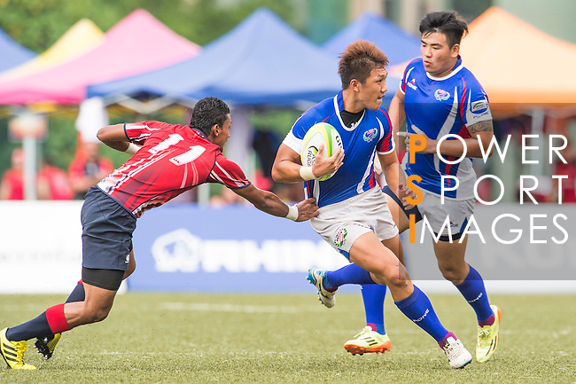 Lun-wei Chang (c) of Chinese Taipei battles for the ball against Mohd Khairul Amrie Jafree (l) of Malaysia during the match between Malaysia and Chinese Taipei of the Asia Rugby U20 Sevens Series 2016 on 12 August 2016 at the King's Park, in Hong Kong, China. Photo by Marcio Machado / Power Sport Images