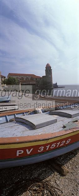 Europe/France/Languedoc-Roussillon/66/Pyrénées-Orientales/Collioure: la plage avec les barques catalanes des pécheurs et les maisons sur le port et l'église avec son clocher dome [qui fut l'ancien phare du port]
