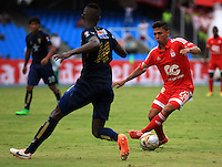 CALI - COLOMBIA -30-09-2015: Johnny Mena (Izq.) jugador de Depor FC disputa el balón con Stiven Rivera (Der.) jugador de America durante  partido Depor FC y America de Cali, por la fecha 8 del Torneo Aguila II 2015 en el estadio Pascual Guerrero de la ciudad de Cali. / Johnny Mena (L) player of Depor FC fights for the ball with Stiven Rivera (R) player of America during a match between Depor FC and America de Cali, for the date 8 of the Torneo Aguila II 2015 at the Pascual Guerrero stadium in Cali city. Photo: VizzorImage / Juan C Quintero / Cont.