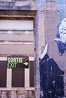 Wall with exit signs in French and English