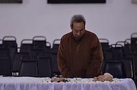 ATENCAO EDITOR IMAGENS EMBAGADAS PARA VEICULOS INTERNACIONAIS - SAO PAULO, SP, 30 SETEMBRO 2012 - VELORIO HEBE CAMARGO - Amigos e familiares comparecem ao velório da apresentadora Hebe Camargo, no Palácio dos Bandeirantes, sede do Governo do Estado de São Paulo, na capital paulista, na madrugada deste domingo, 30. Hebe morreu hoje aos 83 anos, de parada cardíaca, na sua casa no bairro do Morumbi, na capital paulista. Diagnosticada com câncer no peritônio em janeiro de 2010, ela lutava contra a doença desde então. (FOTO: LEVI BIANCO / BRAZIL PHOTO PRESS).