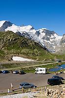 CHE, Schweiz, Kanton Bern, Berner Oberland, Sustenpass (2.224 m) - Grenze der Kantone Bern und Uri: Parkplatz, Pkws und 2 Wohnmobile am Sustenseeli vorm Steingletscher | CHE, Switzerland, Bern Canton, Bernese Oberland, Sustenpass (2.224 m) - border of cantones Bern + Uri: 2campers at Lake Sustenseeli in front of Stein Glacier (Stone Glacier)