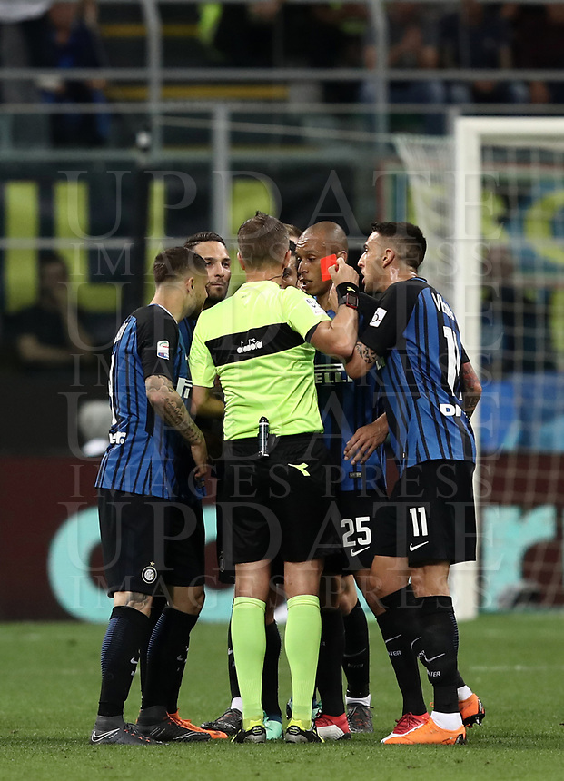Calcio, Serie A: Inter - Juventus, Milano, stadio Giuseppe Meazza (San Siro), 28 aprile 2018.<br /> Inter's Matias Vecino is sent off by referee Daniele Orsato  during the Italian Serie A football match between Inter Milan and Juventus at Giuseppe Meazza (San Siro) stadium, April 28, 2018.<br /> UPDATE IMAGES PRESS/Isabella Bonotto