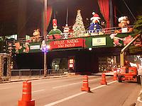 ATENÇÃO EDITOR: FOTO EMBARGADA PARA VEÍCULOS INTERNACIONAIS. - SÃO PAULO - SP -  07 DE DEZEMBRO 2012 - PRAÇA DE NATAL, na Av Paulista será inaugurada hoje (07) as 21HS. Nesta madrugada de sexta feira, foram feitos testes de iluminação. FOTO: MAURICIO CAMARGO / BRAZIL PHOTO PRESS.
