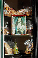 L'immagine di un cristo in una panetteria. A Jesus image in a bakery.