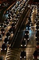 SAO PAULO, 25 DE JUNHO DE 2012 - TRANSITO SP - Transito na Avenida 9 de Julho, regiao central da capital no inicio da noite desta segunda  feira. FOTO: ALEXANDRE MOREIRA - BRAZIL PHOTO PRESS