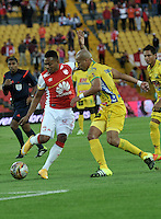 BOGOTA - COLOMBIA - 23-08-2015: Armando Vargas (Izq.) jugador de Independiente Santa Fe disputa el balón con Juan Ortiz (Der.) jugador de Atletico Huila, durante partido por la fecha 8 entre Independiente Santa Fe y Atletico Huila de la Liga Aguila II-2015, en el estadio Nemesio Camacho El Campin de la ciudad de Bogota. / Armando Vargas (L) player of Independiente Santa Fe struggles for the ball with Juan Ortiz (R) jugador of Atletico Huila, during a match of the 8 date between Independiente Santa Fe and Atletico Huila, for the Liga Aguila II -2015 at the Nemesio Camacho El Campin Stadium in Bogota city, Photo: VizzorImage / Luis Ramirez / Staff.