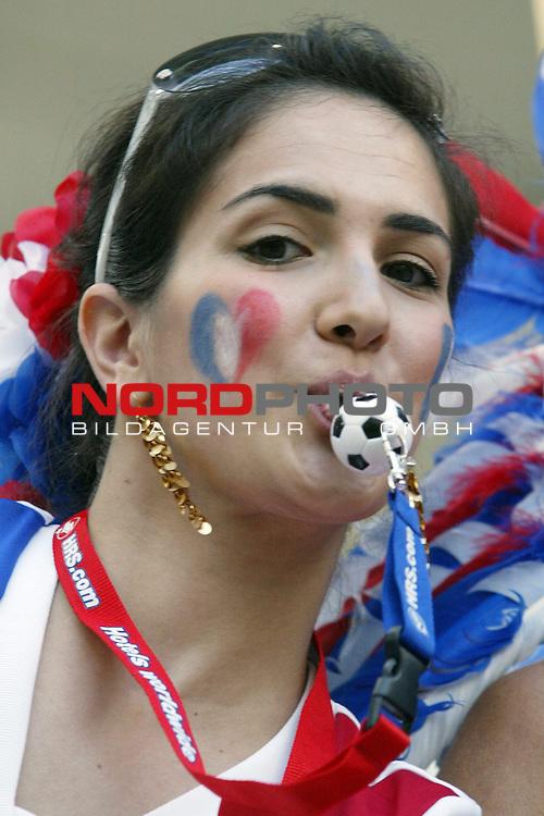 FIFA WM 2006 -  Gruppe D  Vorrunde ( Group D )<br /> Play   #29 (18-Jun) - Frankreich - Korea<br /> <br /> H&uuml;bscher junger weiblicher Fan von Frankreich mit Trillerpfeiffe als Ball im Mund.<br /> <br /> Foto &copy; nordphoto