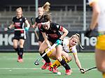 AMSTELVEEN - Hockey - Hoofdklasse competitie dames. AMSTERDAM-DEN BOSCH (3-1). Eva de Goede (A'dam) met Maartje Krekelaar (Den Bosch)     COPYRIGHT KOEN SUYK