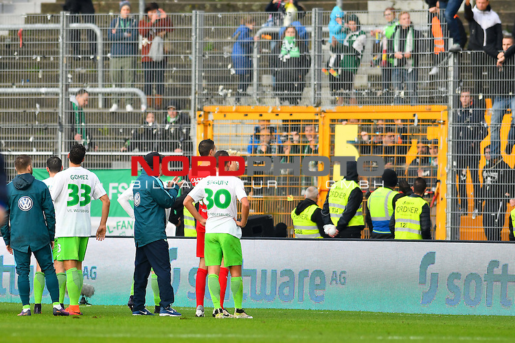 22.10.2016, Jonathan-Heimes-Stadion am Boellenfalltor, Darmstadt, GER, 1. FBL, SV Darmstadt 98 vs VfL Wolfsburg, im Bild: Die Wolfsburger bei ihren wuetenden Fans<br /> <br /> Foto &copy; nordphoto / Fabisch