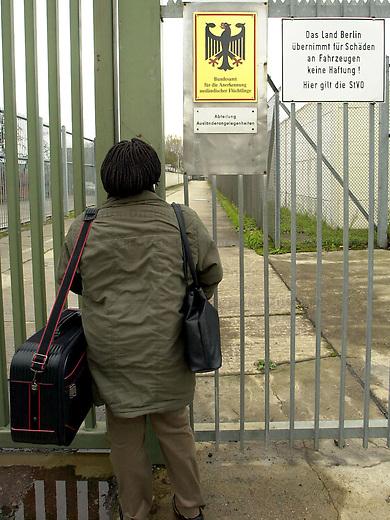 Hungerstreik in Abschiebegefaengnis Berlin-Gruenau, Gruenaurestr. 140<br /> Aus Protest gegen die Haftbedingungen und unverhaeltnismaessig lange Haftbedingungen im Abschiebegefaengnis Gruenau, haben am Montag den 20. Januar 2003 68 Abschiebegefangene einen Hungerstreik begonnen. <br /> Ein weiterer Gefangener befindet sich seit dem 15. Januar 2003 im Durststreik.<br /> Die hungerstreikenden Gefangenen fordern unter anderem die sofortige Entlassung von Menschen, die aus juristischen oder tatsaechlichen Gruenden nicht abgeschoben werden koennen, aber trotzdem ueber 6 Monate in Haft sind; ein Ende der monatelangen Ungewissheit ueber ihre Entlassung, bzw Abschiebung; Beendigung der menschenunwuerdigen Behandlung durch Polizeibeamte, Aerzte und Sozialarbeiter; sowie die Verbesserung der unzumutbaren hygienischen Zustaende.<br /> Die Haeftlinge fordern desweiteren ein Gespraech mit Innensenator Koerting und der Justizsenatorin Schubert, einem Vertreter der Auslaenderbehoerde und der Berliner Polizei. Fuer den Fall, dass das Gespraech nicht<br /> innerhalb von drei Tagen stattfindet, kuendigen sie weitere Aktionen an.<br /> (Alle Informationen stammen von der Antirassistische Initiative Berlin)<br /> Foto: 2.11.2002, Berlin<br /> Eine Frau wartet am Eingang auf Einlass um einen Angehoerigen zu besuchen. <br /> Copyright: Christian-Ditsch.de<br /> [Inhaltsveraendernde Manipulation des Fotos nur nach ausdruecklicher Genehmigung des Fotografen. Vereinbarungen ueber Abtretung von Persoenlichkeitsrechten/Model Release der abgebildeten Person/Personen liegen nicht vor. NO MODEL RELEASE! Nur fuer Redaktionelle Zwecke. Don't publish without copyright Christian-Ditsch.de, Veroeffentlichung nur mit Fotografennennung, sowie gegen Honorar, MwSt. und Beleg. Konto: I N G - D i B a, IBAN DE58500105175400192269, BIC INGDDEFFXXX, Kontakt: post@christian-ditsch.de<br /> Bei der Bearbeitung der Dateiinformationen darf die Urheberkennzeichnung in den EXIF- und  IPTC-Daten nicht entfernt werde