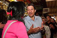 ATENÇÃO EDITOR: FOTO EMBARGADA PARA VEÍCULOS INTERNACIONAIS. - SAO PAULO, SP, 04 DE SETEMBRO 2012 - ELEIÇÕES 2012 -  FERNANDO HADDAD  - 0 Candidato do PT a prefeitura de Sao Paulo, visitou nessa manha, 04, o Mercado Municipal na regiao central  da capital paulista - FOTO LOLA OLIVEIRA - BRAIL PHOTO PRESS