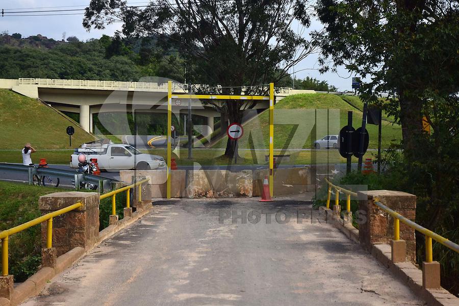 CAMPINAS,SP - 22.06.2016 - TRANSITO-SP - Concessionária Rota das Bandeiras, interditou por tempo indeterminado a ponte de acesso ao distrito de Joaquim Egídio em Campinas, interior do estado de São Paulo, na altura do Km 122 da Rodovia Dom Pedro I, na manhã desta quarta-feira, 22. Esta ponte já havia sido interditada preventivamente no último dia 07, em razão do grande volume de chuva que caíram sobre o Rio Atibaia, vindo a transbordar e danificando a estrutura da ponte. (Foto: Eduardo Carmim/Brazil Photo Press)