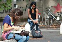 Studenti in attesa di entrare al test ammissione alla facoltà di medicina e chirurgia. Milano, 5 settembre, 2011...Students waiting to get to the Medicine and Surgery University entrance test. Milan, September 5, 2011