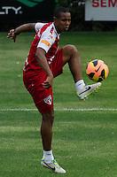 SÃO PAULO, SP, 16 DE SETEMBRO DE 2013 - TREINO SAO PAULO - O jogador Wellinghton durante treino do São Paulo, no CT da Barra Funda, região oeste da capital, na tarde desta segunda feira, 16. FOTO: ALEXANDRE MOREIRA / BRAZIL PHOTO PRESS