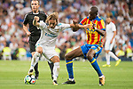 Real Madrid's Luka Modric and Valencia's Geoffrey Kondogbia during La Liga match between Real Madrid and Valencia CF at Santiago Bernabeu Stadium in Madrid, Spain August 27, 2017. (ALTERPHOTOS/Borja B.Hojas)