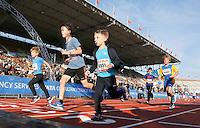 Nederland  Amsterdam  2016 . De Marathon van Amsterdam. De Kids Run. Finish in het Olympisch Stadion.  Foto Berlinda van Dam / Hollandse Hooogte.