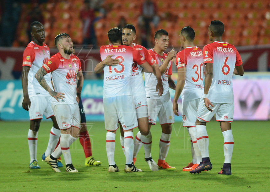 MEDELLIN - COLOMBIA -26-11-2016: Jugadores de Independiente Santa Fe, la victoria sobre Deportivo Independiente Medellin, durante partido por los cuartos de final entre Deportivo Independiente Medellin e Independiente Santa Fe, de la Liga Aguila II 2016, en el estadio Atanasio Girardot de la ciudad de Medellin. / Player of Independiente Santa Fe, celebrate the victoty over Deportivo Independiente Medellin during a match for the quarterfinals between Deportivo Independiente Medellin and Independiente Santa Fe, of the Liga Aguila II 2016 at the Atanasio Girardot stadium in Medellin city. Photos: VizzorImage  / Leon Monsalve / Cont.