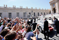 Papa Francesco saluta i fedeli al termine dell'udienza generale del mercoledi' in Piazza San Pietro, Citta' del Vaticano, 22 aprile 2015.<br /> Pope Francis waves to faithful as he leaves at the end of his weekly general audience in St. Peter's Square at the Vatican, 22 April 2015.<br /> UPDATE IMAGES PRESS/Riccardo De Luca<br /> <br /> STRICTLY ONLY FOR EDITORIAL USE