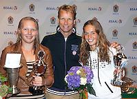 13-08-11, Tennis, Hillegom, Nationale Jeugd Kampioenschappen, NJK, Winnares meisjes 18 jaar, Kelly Versteeg met Jan Siemerink en finaliste Paula de Man(R)