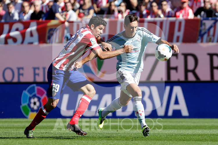 Atletico de Madrid´s Diego Costa (L) and Celta de Vigo´s during La Liga 2013/14 match. October 06, 2013. (ALTERPHOTOS/Victor Blanco)