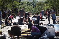 VINHEDO, SP, 31.05.2018: RELIGIÃO-SP - Fieis participam de confecção dos tradicionais tapetes de Corpus Christi na manhã desta quinta-feira (31) no Mosteiro São Bento em Vinhedo, interior de São Paulo.  (Foto: Luciano Claudino/Codigo19)