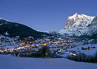 CHE, Schweiz, Kanton Bern, Berner Oberland, Grindelwald an einem Winterabend mit dem Wetterhorn 3.701 m | CHE, Switzerland, Bern Canton, Bernese Oberland, Grindelwald on a winter evening with Wetterhorn mountain 12.143 ft