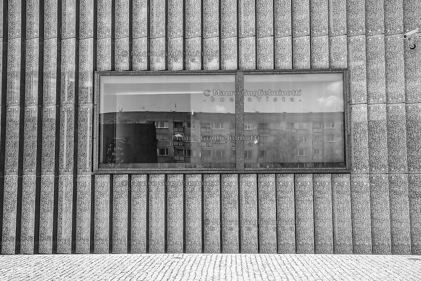 Varsavia,il ghetto oggi (the ghetto today) Monumento agli Eroi del Ghetto riflesso in una finestra del Museo della Storia degli Ebrei Polacchi Varsavia, Warsaw, la famigerata prigione nazista di Pawiak, th enotorious Pawiak nazi prison