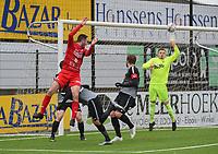 FC GULLEGEM - RC GENT :<br /> doelman Kevin Frans ranselt  een achterwaartse kopbal van Efram Vansuypeene (rood) uit zijn doelvlak<br /> <br /> Foto VDB / Bart Vandenbroucke